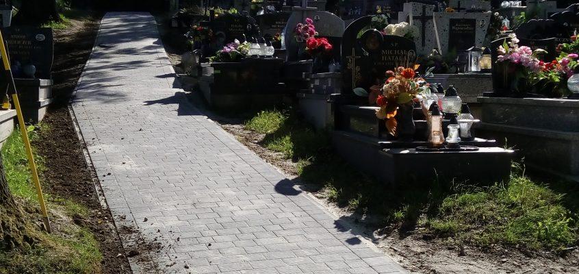 Prace brukarskie na cmentarzu.