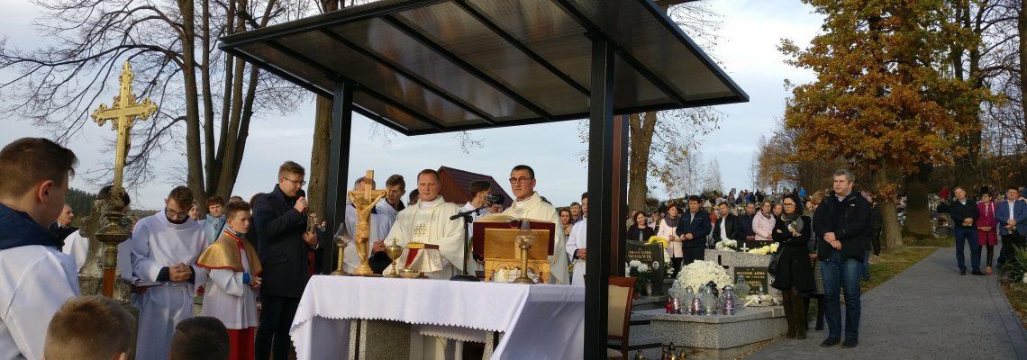 Msza św. na cmentarzu i poświęcenie nowego Krzyża.