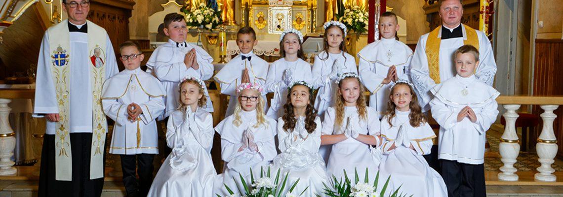 Dwanaścioro uczniów na wzór Dwunastu Apostołów – Pierwsza Komunia Święta w Rzykach.